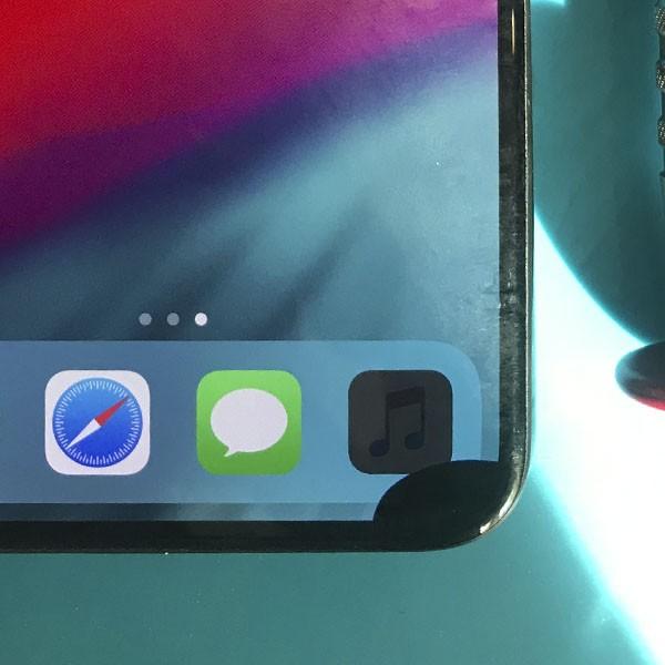 Черное пятно на экране iPhone X
