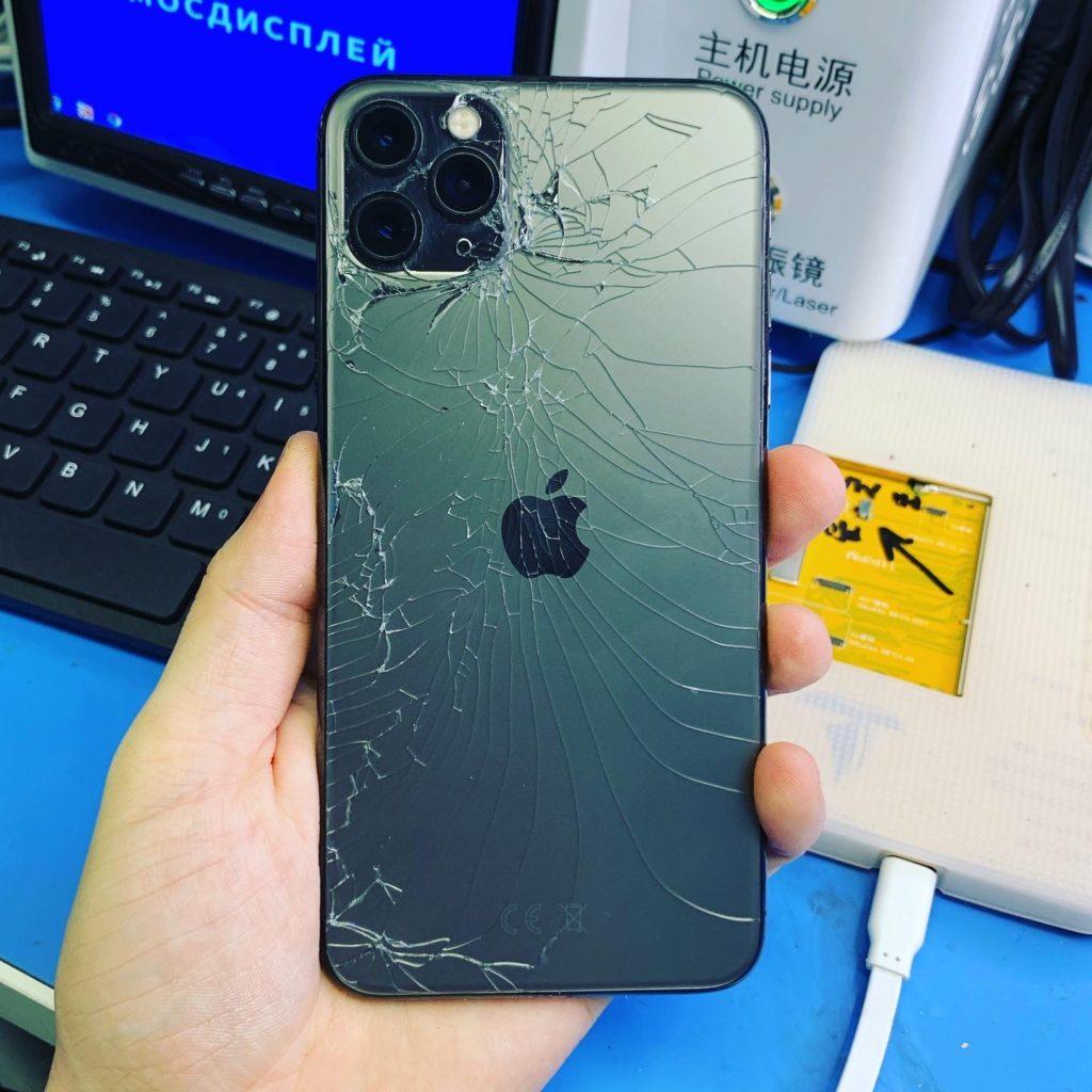 iPhone Pro с разбитым задним стеклом
