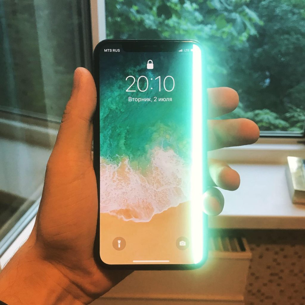 iPhone X с полосой на экране