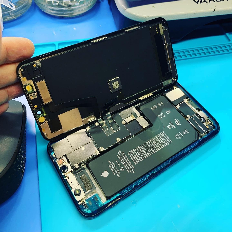 iPhone Pro в процессе замены экрана