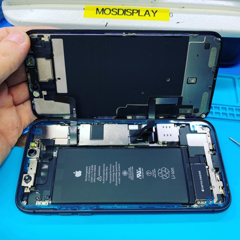 iPhone 11 с открытым дисплеем