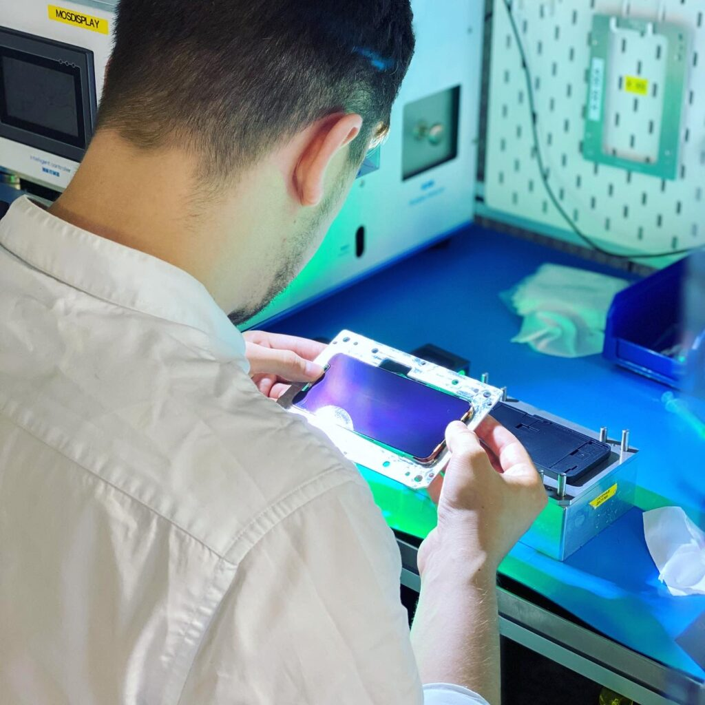 Чистка дисплея iPhone от пылинок перед наклеиванием стекла